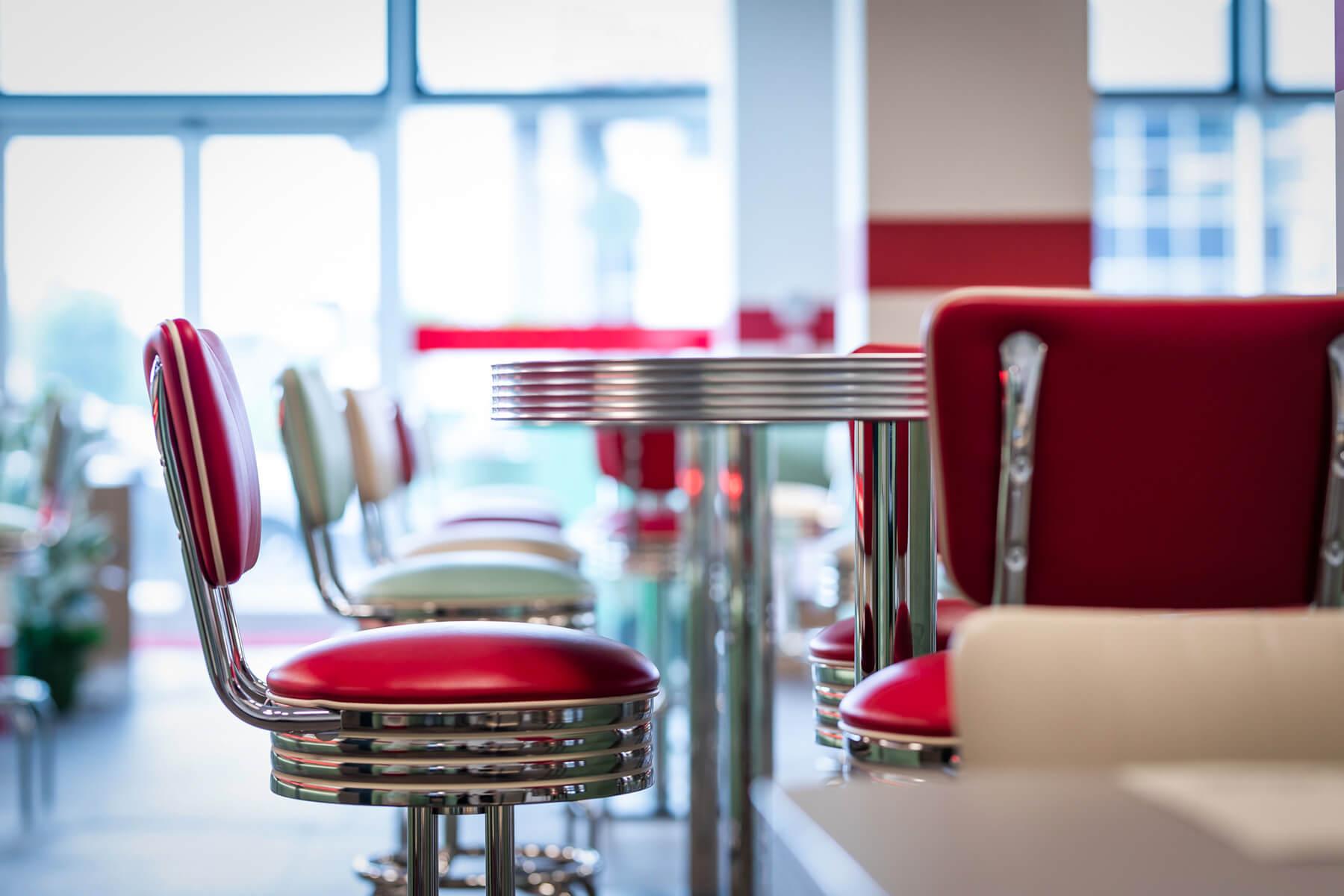 Sgabelli e tavoli in stile anni '50