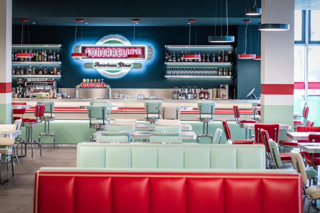 Bar e sala arredati in stile anni '50