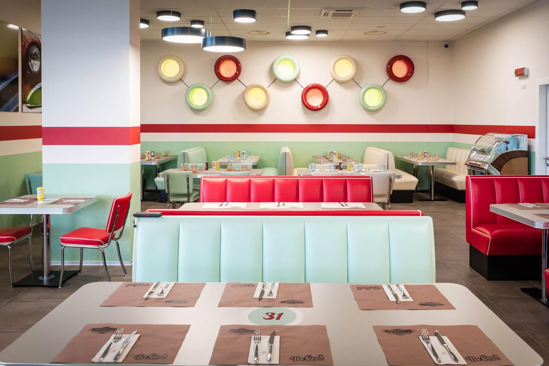 Tavolo apparechiato e arredamento in stile anni '50 e